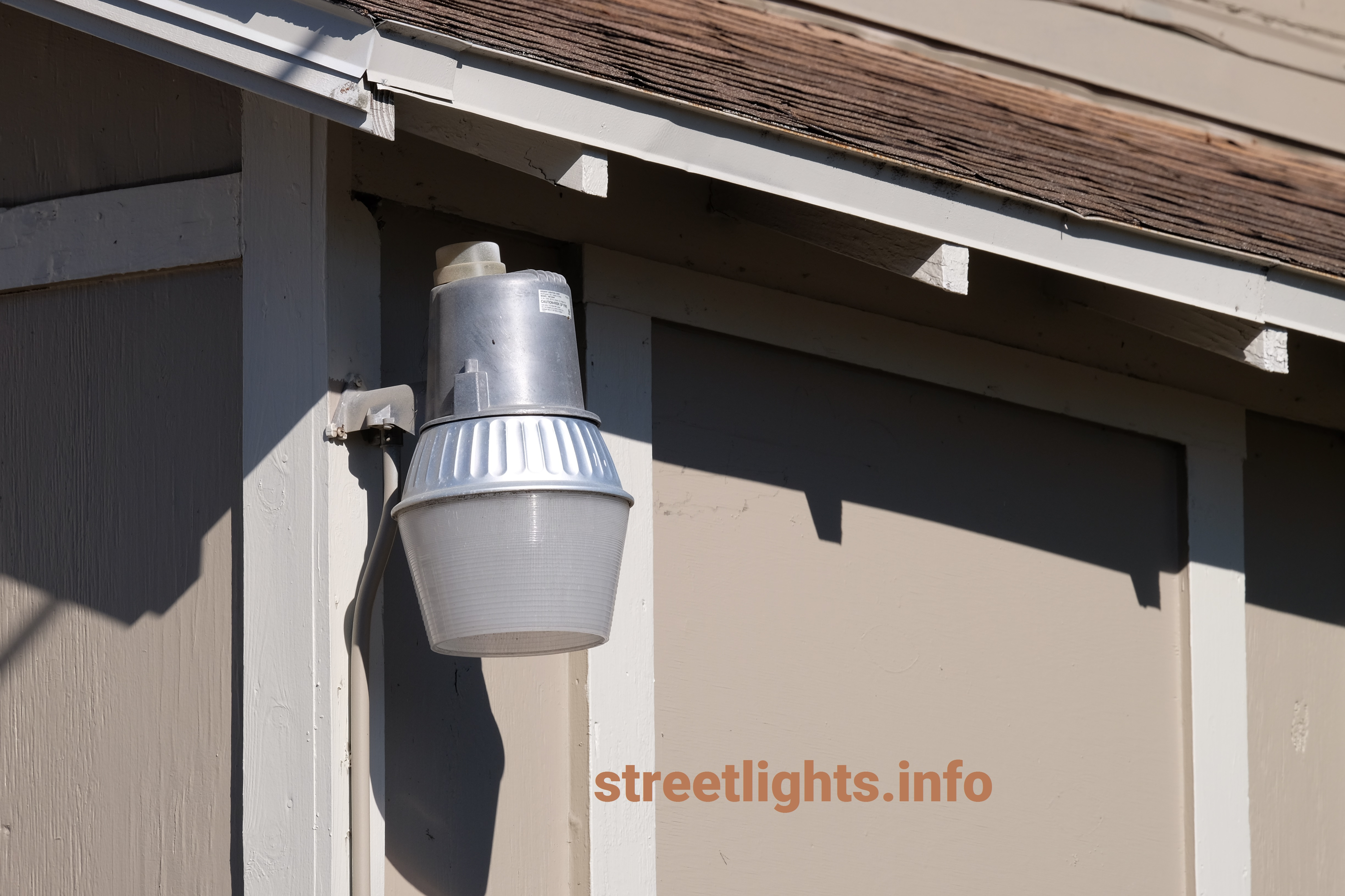 An example of a non-LED bucket light yard light.